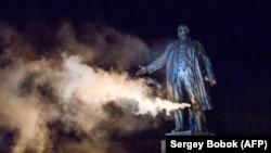 Повалення пам'ятника Леніна у Харкові (фотогалерея)