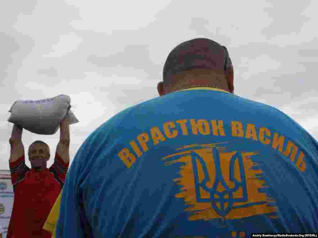 Підіймати 70 кілограмів піску ще важче, коли суддя - Василь Вірастюк, найсильніша людина у світі.