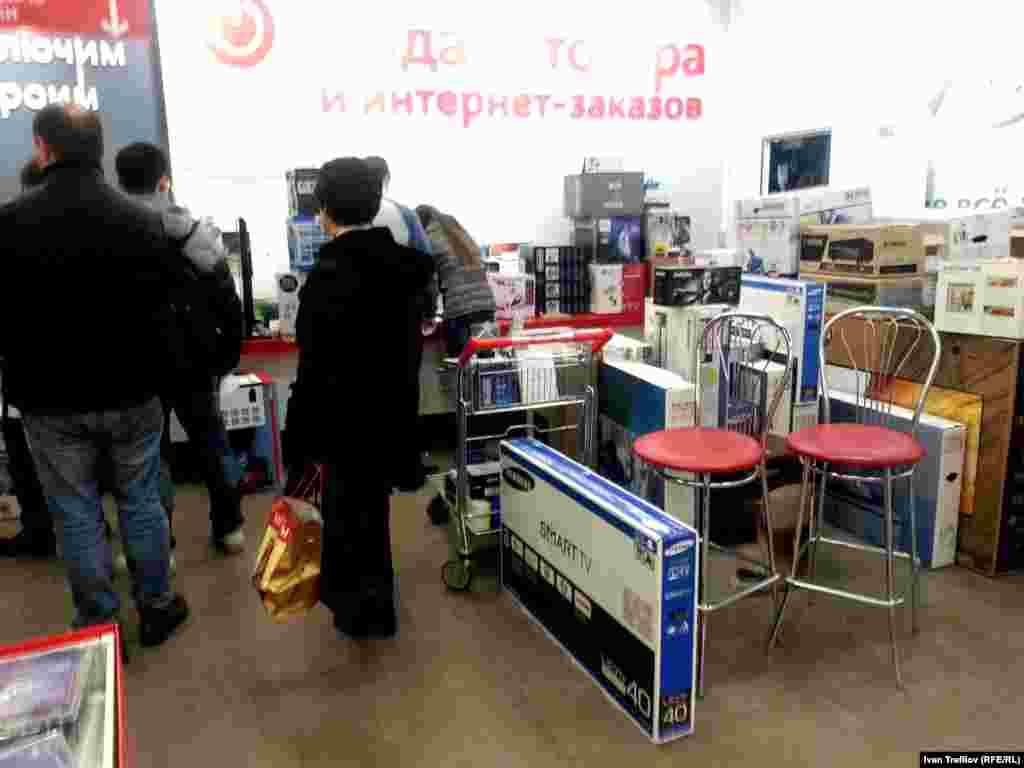 Несмотря на утро, покупателей в магазине уже достаточно много