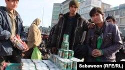 Kabulyň köçelerinde energiýa içgisini satýan söwdegärler. Dekabr, 2012.