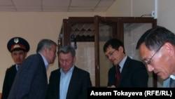 Жаксыбек Кулекеев в зале суда (третий слева). Четвертый слева - его адвокат Салимжан Мусин. Астана, 8 сентября 2008 года.