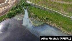 Загрязненная река, иллюстративное фото