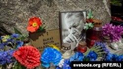 Кветкі на магіле Васіля Быкава ў дзень яго народзінаў, 19 чэрвеня 2017 году