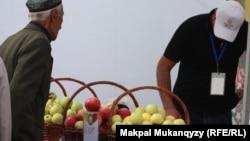 Продажа яблок в Алматы. Иллюстративное фото.
