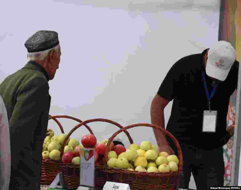 Фермеры, привезшие на фестиваль свою продукцию.