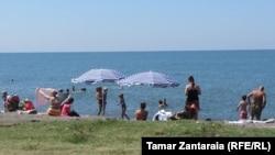 Грузияның Анаклия курортындағы теңіз жағасы. (Көрнекі сурет)