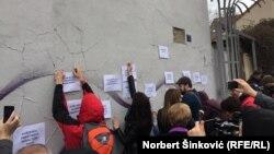 U ime protesta, građani 19. marta ostavljaju poruke na zidu prekrečenog murala francuskog strit-art umetnika Giljerma Remeda