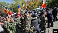 Сутички між поліцією та протестувальниками, Кишинів, 4 жовтня 2015