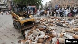 Комунальники збирають тіла вбитих собак, Карачі, Пакистан, 4 серпня 2016 року