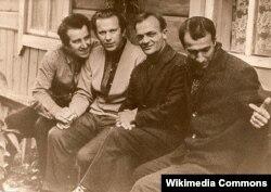 Рыгор Барадулін, Васіль Быкаў, Найдзен Вылчаў і Барыс Забораў (зьлева направа)
