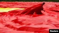 Під час розгортання рекордного прапора, 27 травня 2013 року