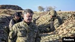 Президент Украины Петр Порошенко на оборонительной позиции в Донецкой области, 10 октября 2014 г.