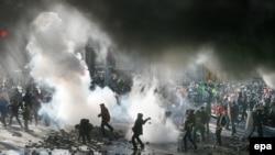Столкновения протестующих с полицией в центре Киева