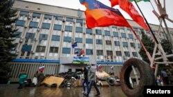 Иллюстративное фото. Баррикады возле здания СБУ в Луганске. Апрель 2014 года
