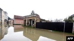 Хрватска-поплавена улица во близина на границата со Босна и Херцеговина