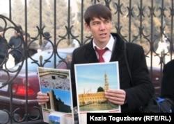 Мешіт маңында календарь сатып тұрған жігіт. Алматы, 11 қаңтар 2011 жыл. (Көрнекі сурет).
