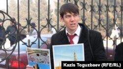 Молодой человек продает исламские календари возле мечети Алматы. Иллюстративное фото.