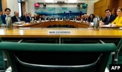 Пустующее место Марка Цукерберга на слушаниях в британском парламенте 27 ноября 2018 года