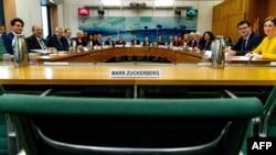 Пустующее место Марка Цукерберга на слушаниях в британском парламенте 27 ноября 2018 года.