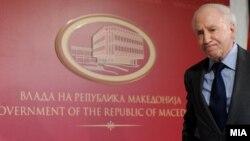 Медијаторот Метју Нимиц за време на неговата посета на Македонија во 2010 година.