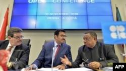 Впервые за восемь лет страны ОПЕК смогли договориться о сокращении добычи нефти. Но это поддержит цены лишь на короткое время, отмечают эксперты.
