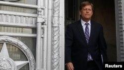 Посол США в Москве Майкл Макфол покидает Министерство иностранных дел России