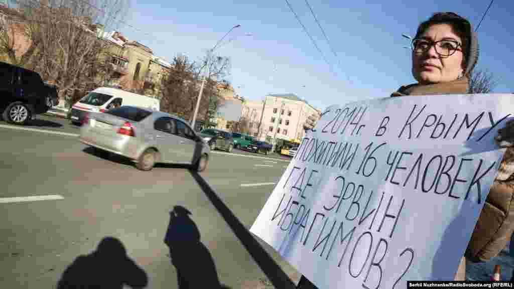 «Сьогодні ми вибрали формат поодинокого пікету, який зараз використовують кримські активісти. Він свідчить про те, що якщо навіть одна людина виходить, то їх чують сотні й тисячі людей. Звісно ж, ми робимо це біля посольства Росії, оскільки ця структура несе відповідальність за всі порушення, що відбуваються в Криму», –розповіла про акцію координатор громадської організації «КримSOS» Таміла Ташева