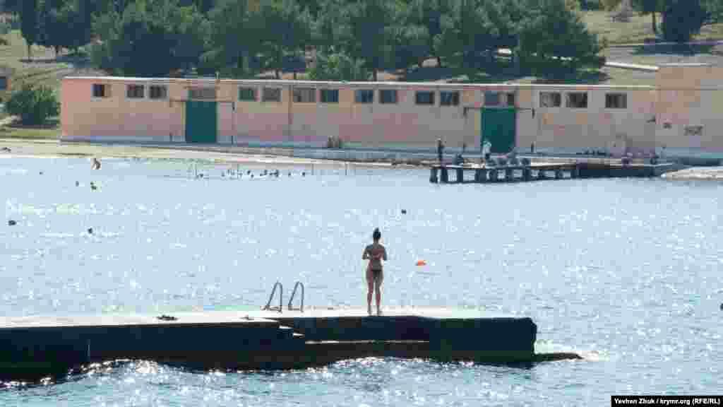 У военного училища – своя бухта, по размерам превосходящая акваторию пляжа «Солнечный»