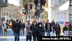 Ljudi nose zaštitne maske na ulici, ilustrativna fotografija