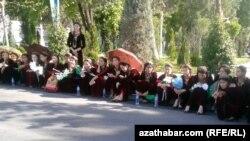 Türkmenistanda köpçülikleýin çärä gatnaşýan studentler.