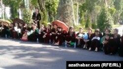 Учащиеся на церемонии открытия монумента в Ашхабаде (иллюстрация)