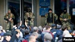 Ukraynanın şərqində Slavyansk şəhər meriyasının binasını ələ keçirən silahlı separatçılar. Binanın çölündə Rusiya yönümlü qüvvələr toplaşıblar. 14 aprel 2014