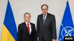Заместитель генерального секретаря НАТО Александр Вершбоу и один из лидеров крымско-татарского народа Мустафа Джемилев