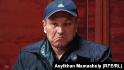 Рустам Ибрагимов, обвиненный в убийстве Алтынбека Сарсенбаева, в зале суда. (Фото с экрана монитора.) 27 января 2014 года.