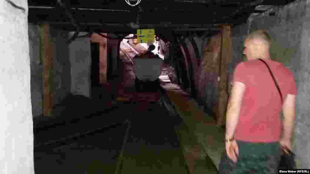 В шахте очень темно. Даже шахтерские фонари не дают достаточного освещения. Передвигаясь в подземном тоннеле, нужно внимательно смотреть под ноги, по сторонам и наверх.