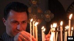 Премиерот Никола Груевски пали свеќа во црквата Света Богородица, за време на иселеничката средба во Трново,2010 година