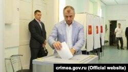 Подконтрольный Кремлю спикер Верховного совета Крыма Владимир Константинов опускает в урну бюллетень, Симферополь, 18 сентября 2016 года