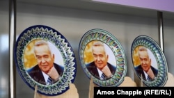 Tanjir sa slikom bivšeg predsjednika Islama Karimova u prodavnici suvenira u Samarkandu