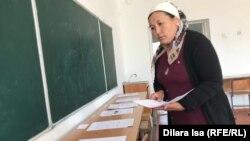 Ауыл мектебінің мұғалімі коронавирус карантині кезінде пошта байланысы арқылы білім алатын оқушыларға тапсырма дайындап жүр. Түркістан облысы, Қазығұрт ауданы. 30 сәуір 2020 жыл.