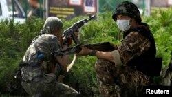 Проросійські бойовики в Донецьку, 29 травня 2014 року