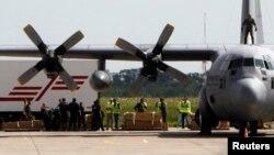 Ковчезите со телата на жртвите од соборениот малезиски авион на аеродромот во Ајдховен.
