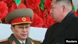 Солтүстік Корея президенті Ким Чен Ын (оң жақта) мен оның немере ағасы Чан Сон Тхэк.