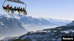 Канатная дорога в Альпах в Швейцарии.