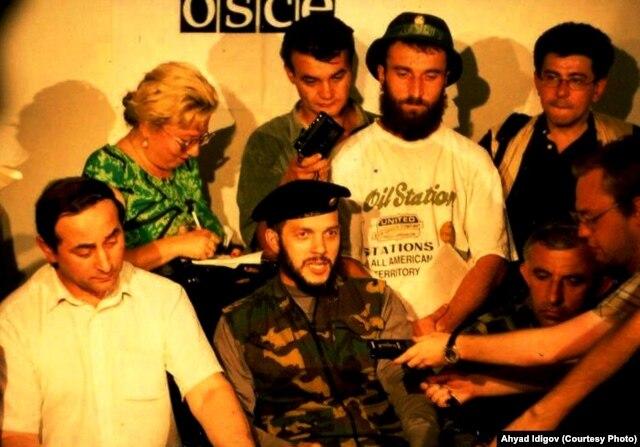 Ахъяд Идигов, Усман Имаев и Аслан Масхадов после российско-чеченских переговоров 30.07.1995. В шляпе стоит Ширвани Басаев
