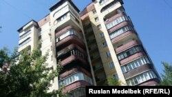 У горевшей многоэтажки в Алматы. 26 июня 2017 года.