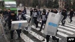 Милиционеры покидают свои позиции у здания областной администрации в Харькове. 9 апреля 2014 года.