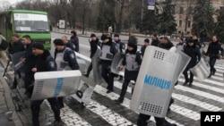Милиция снимает оцепление у здания областной администрациив Харькове