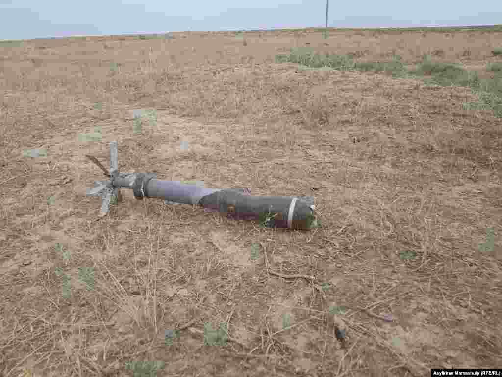 Арыс қаласының сыртында, оқ-дәрі қоймасынан шамамен бір километр қашықта жатқан әскери снаряд. Түркістан облысы, 29 маусым 2019 жыл.