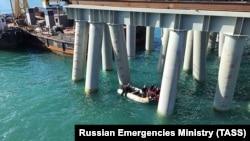 Спасатели на месте падения автобуса в море, Краснодарский край, Россия, 25 августа 2017 год
