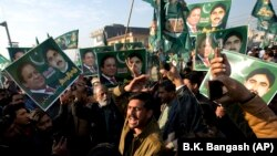 FILE: Supporters of former Pakistani Prime Minister Nawaz Sharif shout slogans against the government outside an accountability court in Islamabad (December, 2018).
